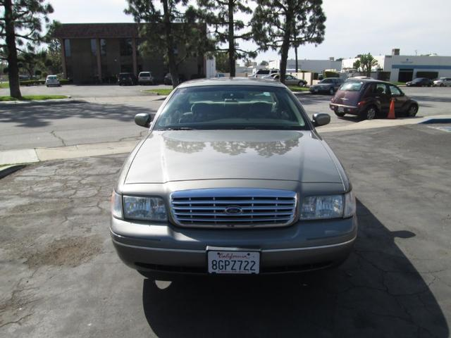 2001 Ford Crown Victoria LX photo